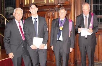 De gauche à droite : Yvan Bismuth (membre du conseil d'administration de l'ANCD), Fadel Bellakhdar (lauréat 2015 du prix SOP/ANCD), Michel Jourde (secrétaire perpétuel de l'ANCD, Pr Wolf Bohne (secrétaire de la commission des prix).