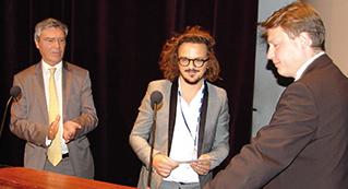 De gauche à droite : Patrick Simonet, rédacteur en chef de la ROS, Jean-Philippe Pia, lauréat 2013 du Prix du meilleur auteur ROS-Dentsply, et Nicolas Mostowy, représentant Dentsply.